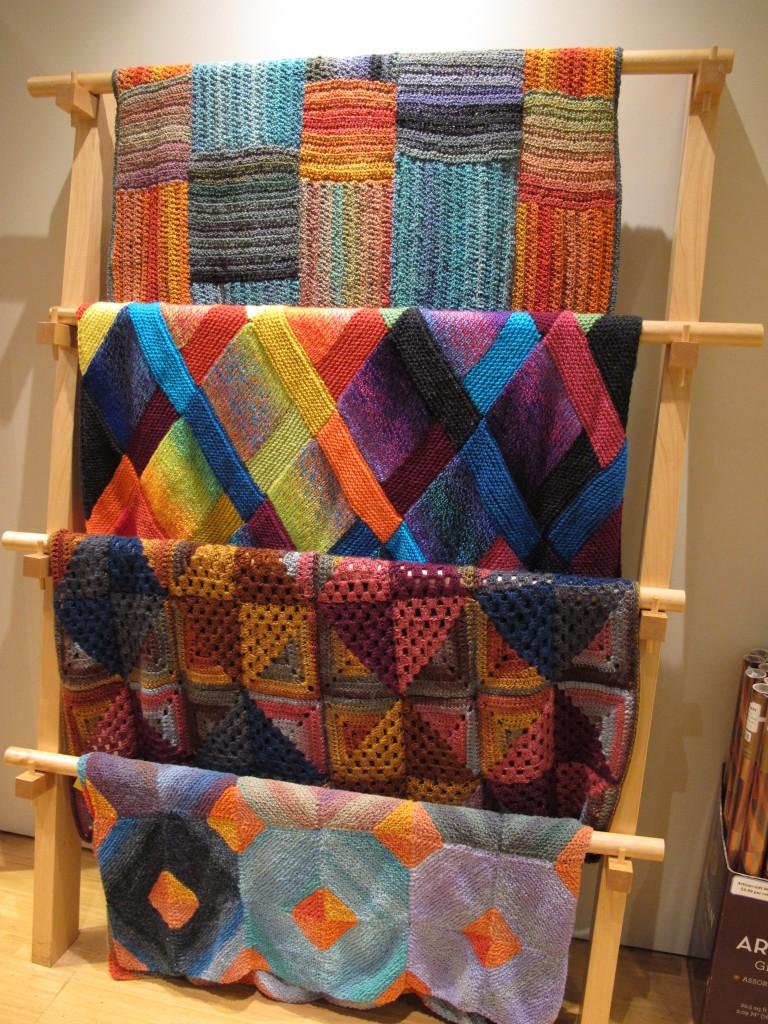 Mantas al crochet y dos agujas exhibidas en Lion Brand Studio