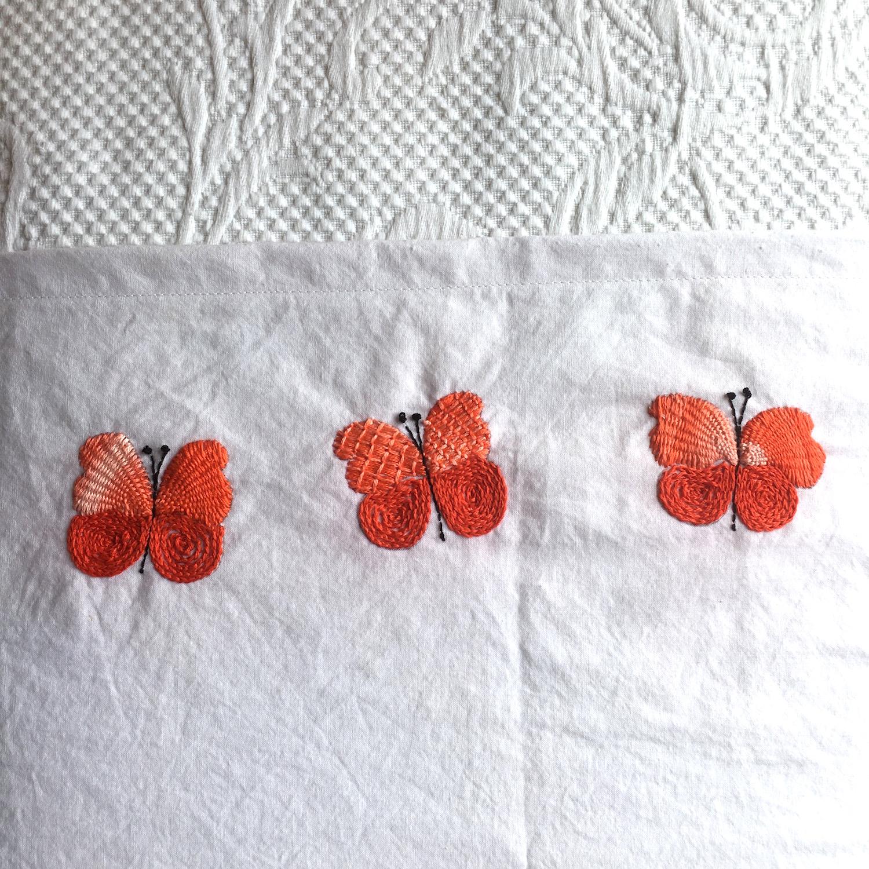Manta de bebé y mariposas bordadas - Espacio Claudelina